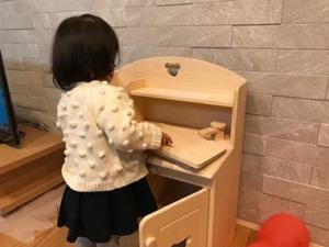 トッドルの木製ままごとキッチンで遊ぶ、いもと様
